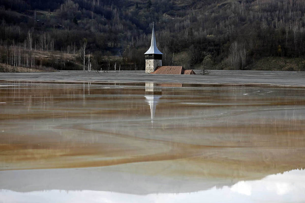 A vila romena submersa num lago tóxico