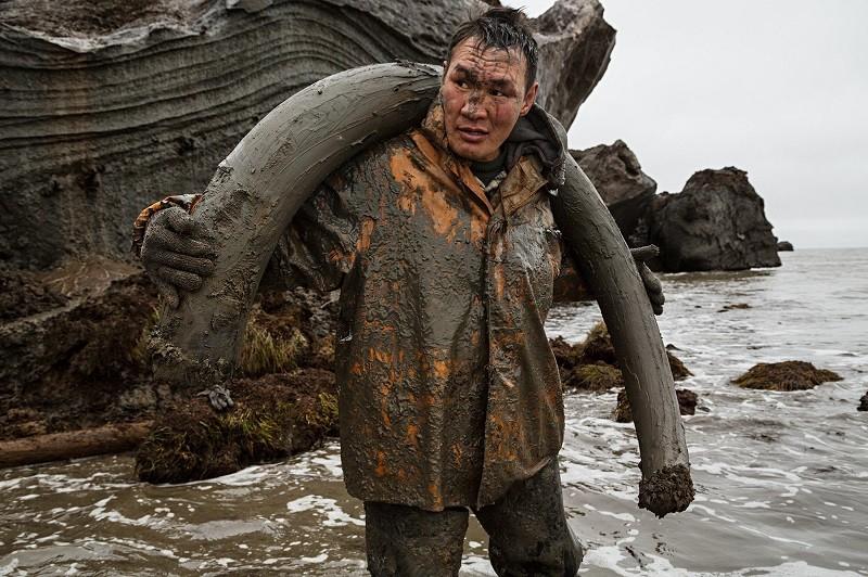 O trabalho, muitas vezes, vale a pena para os caçadores; mesmo que os trabalhadores possam ficar até semanas incapacitados de limpar ou secar suas roupas.