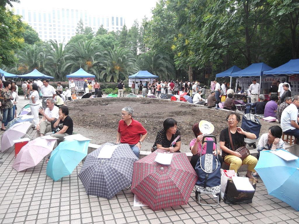 Marriage_market,_Shanghai-03