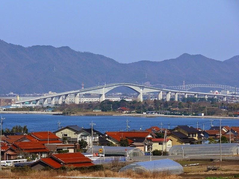 A verdadeira inclinação da ponte pode ser vista a partir dos lados
