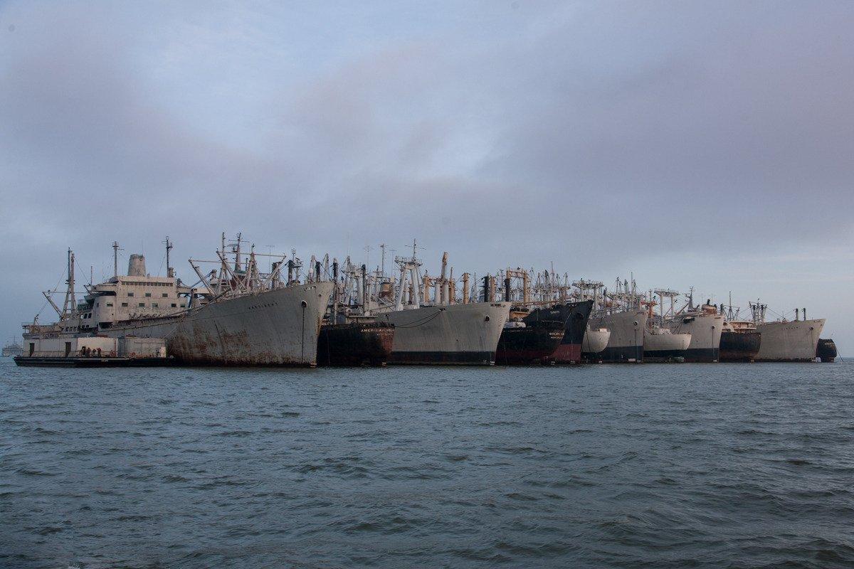 """A """"Mothball Fleet"""" está a dois km da costa da Suisan Bay, a noroeste de San Francisco, perto da cidade de Benicia."""