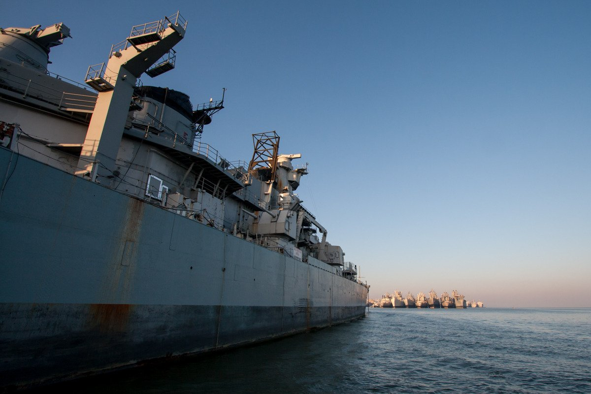 Os navios representam uma ameaça ambiental, porque eles soltaram 20 toneladas de bário, cobre, chumbo e zinco na baía.