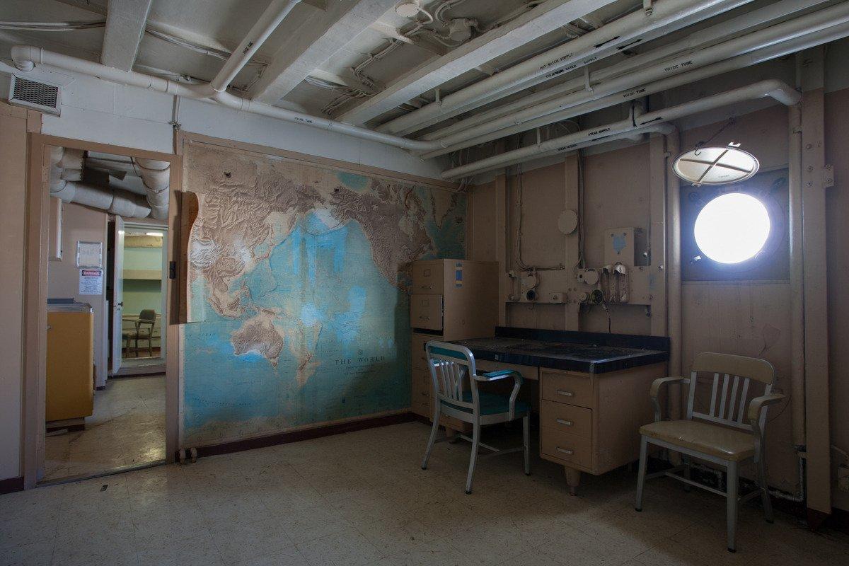 Os interiores dos navios nos levam a um túnel do tempo. O USS Tulare foi encomendada em 1956, e muito do seu equipamento refletia que foi feito antes da tecnologia naval avançada.