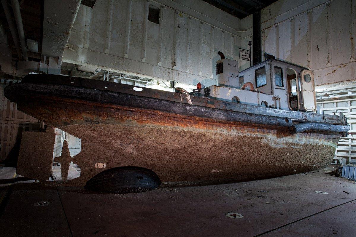 Grande parte da frota que Heiden fotografou já foi demolida. Este rebocador, o USS Tulare, ficou dentro de uma barcaça de mineração até 2012, quando foi enviado para ser desmantelado.