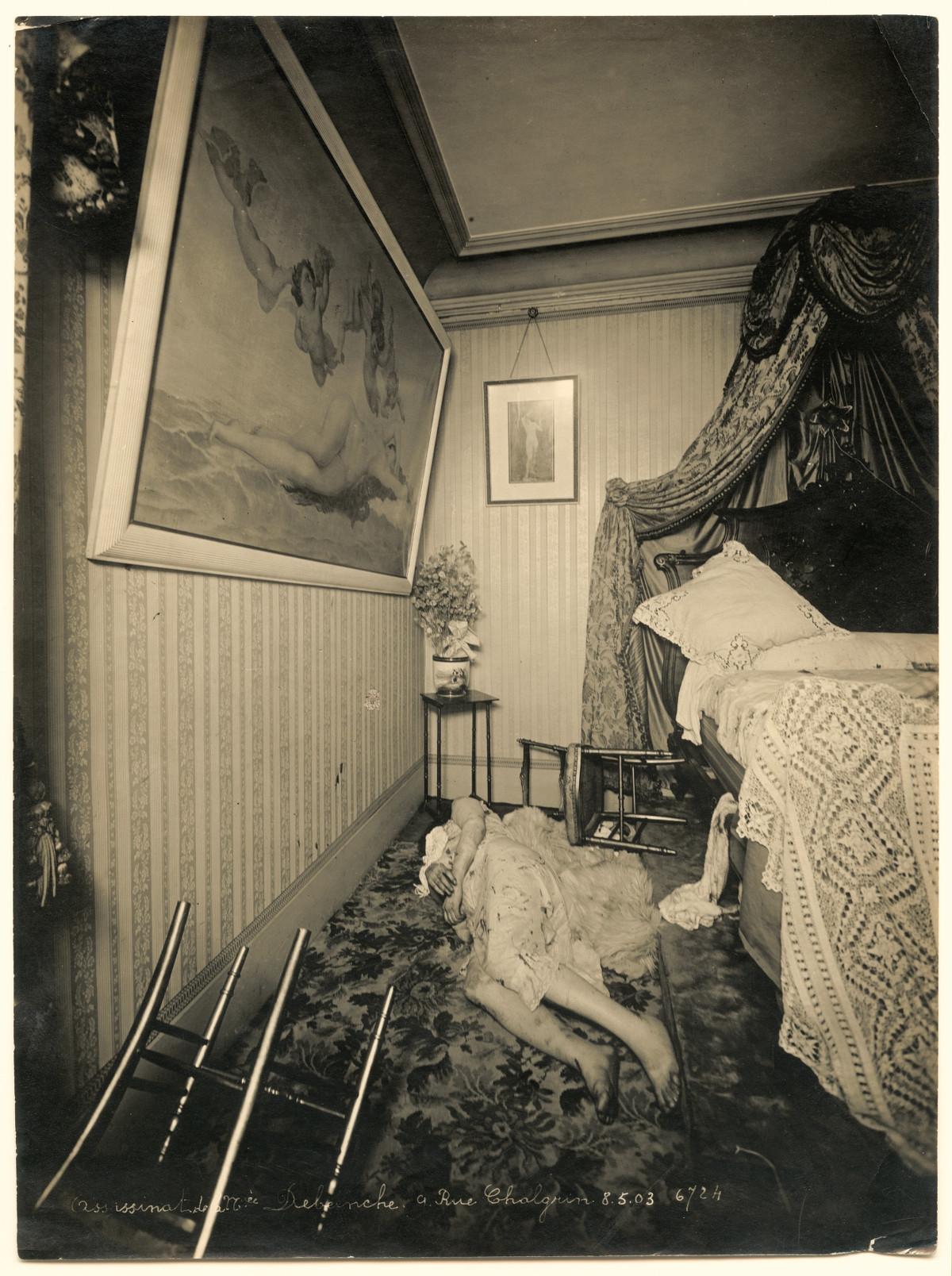 """Madame Debeinche, moradora da Rue Chalgrin, 9, foi encontrada morta no chão de seu apartamento de classe média em 8 de maio de 1903. """"A coloração amarronzada das mãos e dos pés corresponde à de um corpo em putrefação... há quanto tempo o crime havia sido cometido?"""", pergunta-se Philippe Charlier antes de considerar a possibilidade de que a cena tenha sido resultado de uma briga com golpes violentos."""