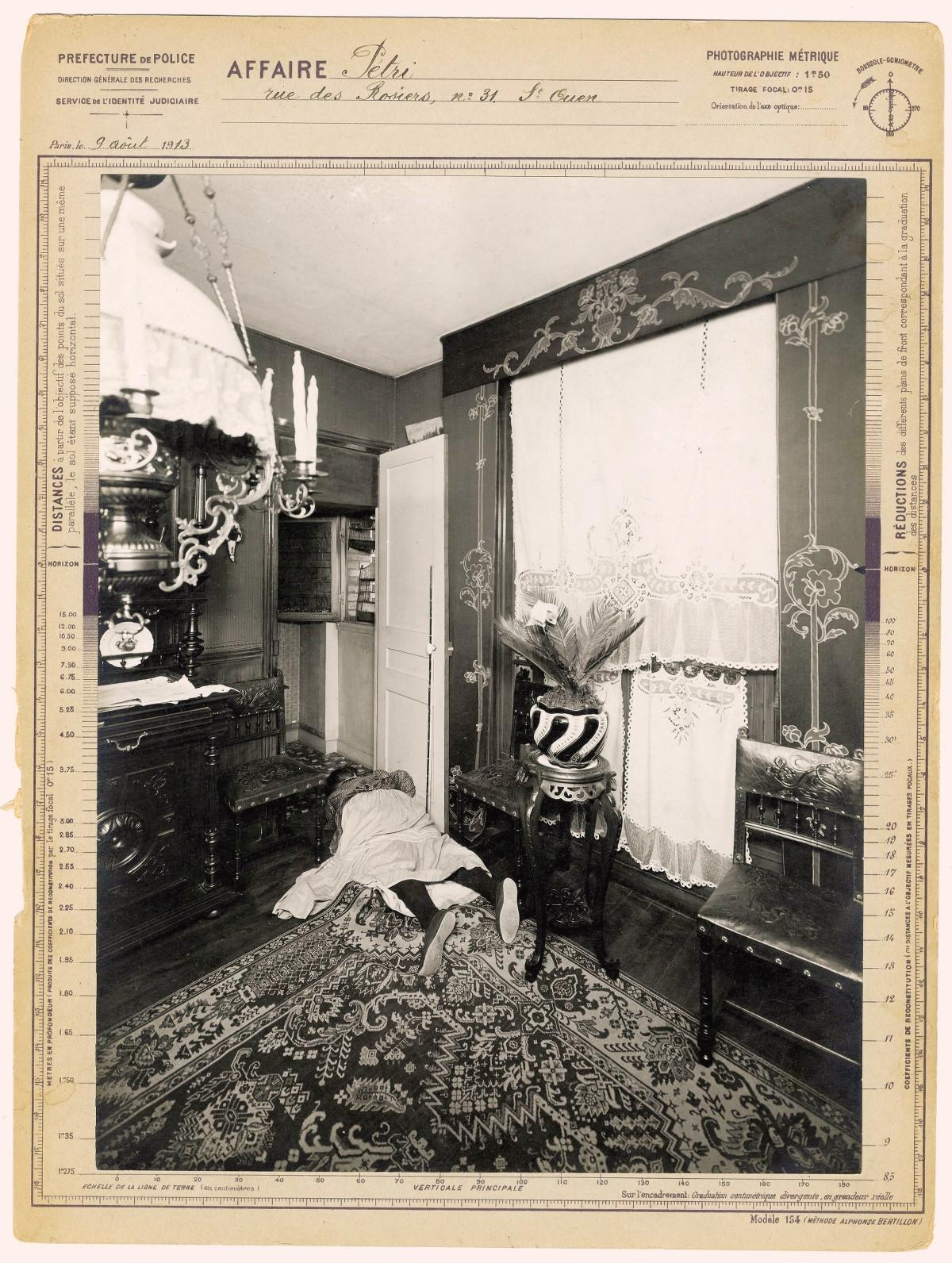 Em 9 de agosto de 1913, uma mulher idosa foi encontrada de bruços na Rue des Rosiers, 31, em Saint-Ouen. Parece que os pássaros que estão nas gaiolas ao fundo foram as únicas testemunhas do crime.