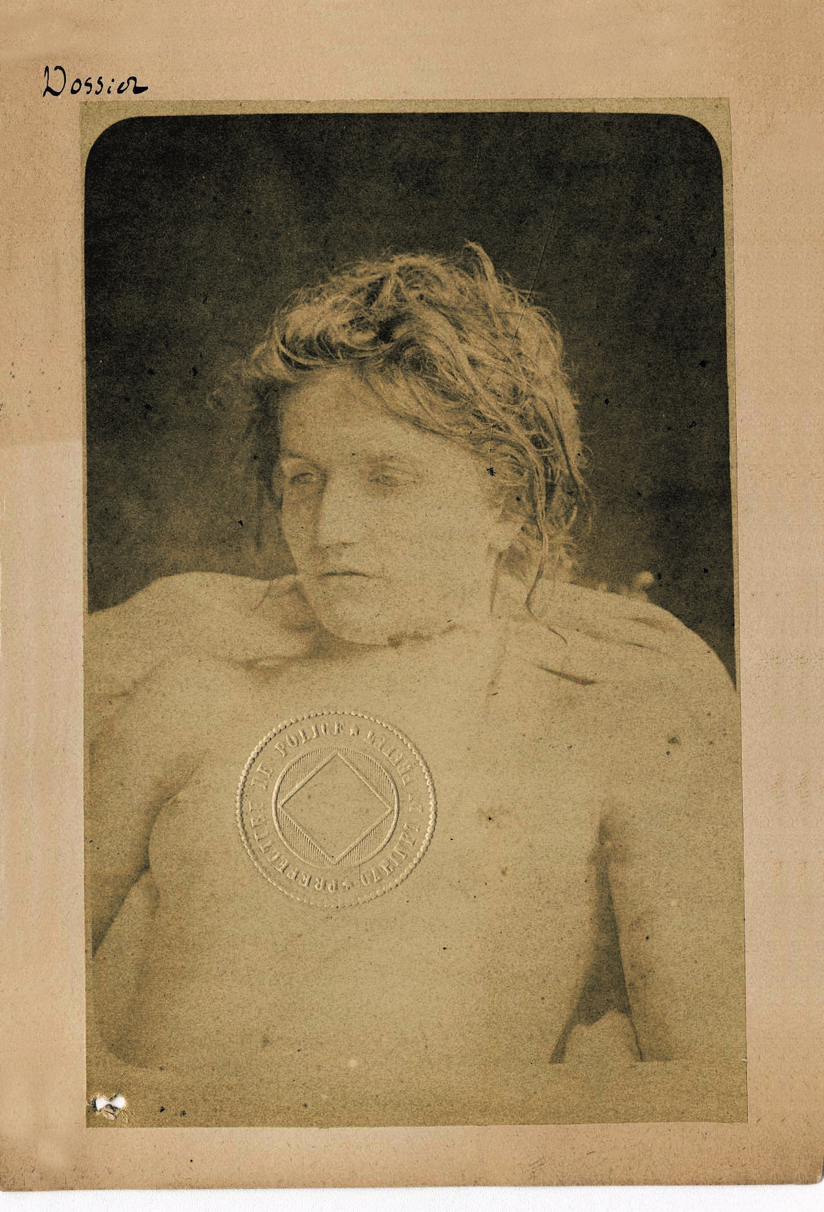 Clémentine Pichon, elegante vítima de assassinato, entre dois sonhos na mesa de autópsia.