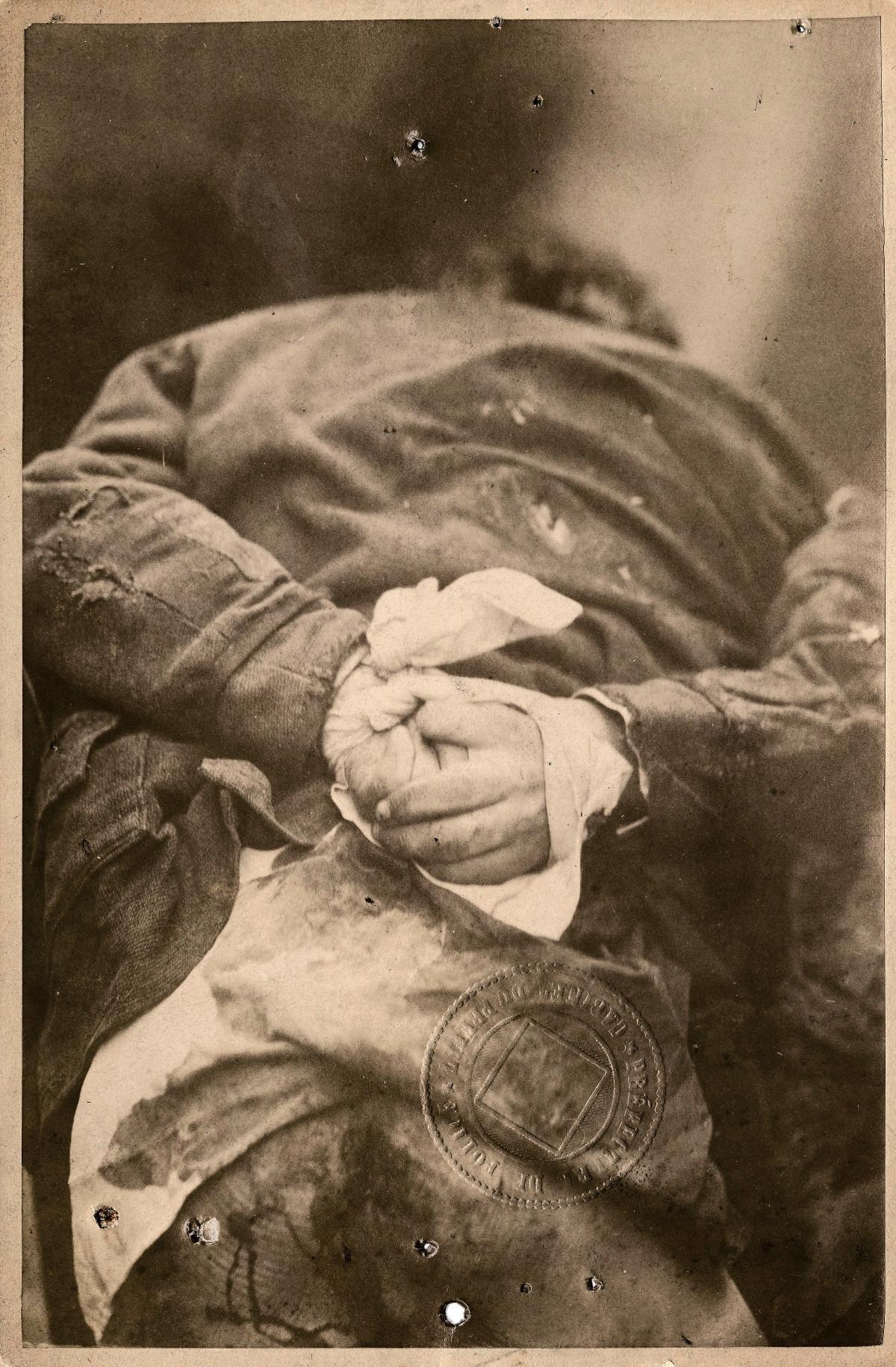 Jules Jacques Schoenën, de seis anos, morava com os pais na Rue Caillé, 7, e foi assassinado em 25 de fevereiro de 1881 por um jovem de 16 anos. Foi encontrado com as mãos amarradas, o casaco perfurado e a camisa com manchas secas de sangue. O caso é um dos primeiros a ser fotografado.