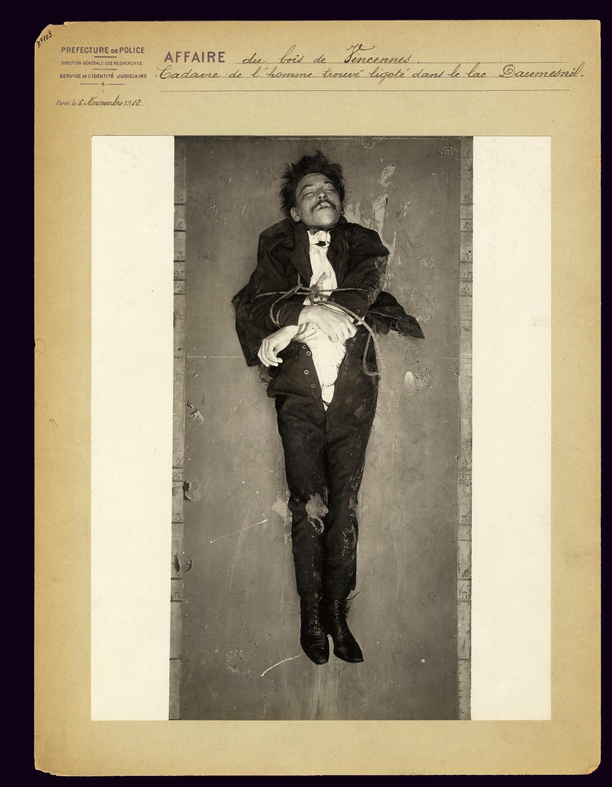 Homem não identificado encontrado amarrado no Lago Daumesnil, no parque Bois de Vincennes, em novembro de 1912. Fotos publicadas com a atenciosa autorização da Polícia de Paris.