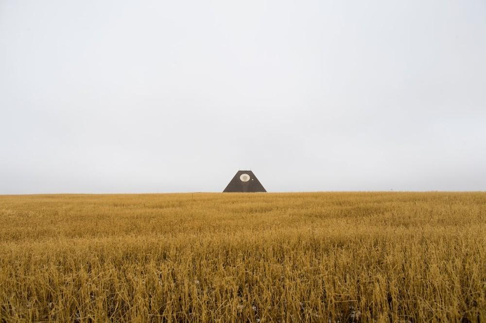Os restos em forma de pirâmide de um radar antimíssil, parte do Complexo Stanley R. Michelsen, construído durante a Guerra Fria para detectar um possível ataque nuclear da União Soviética, em Nekoma, Dakota do Norte. O complexo foi completado em 1975 e esteve em operação por apenas um ano.