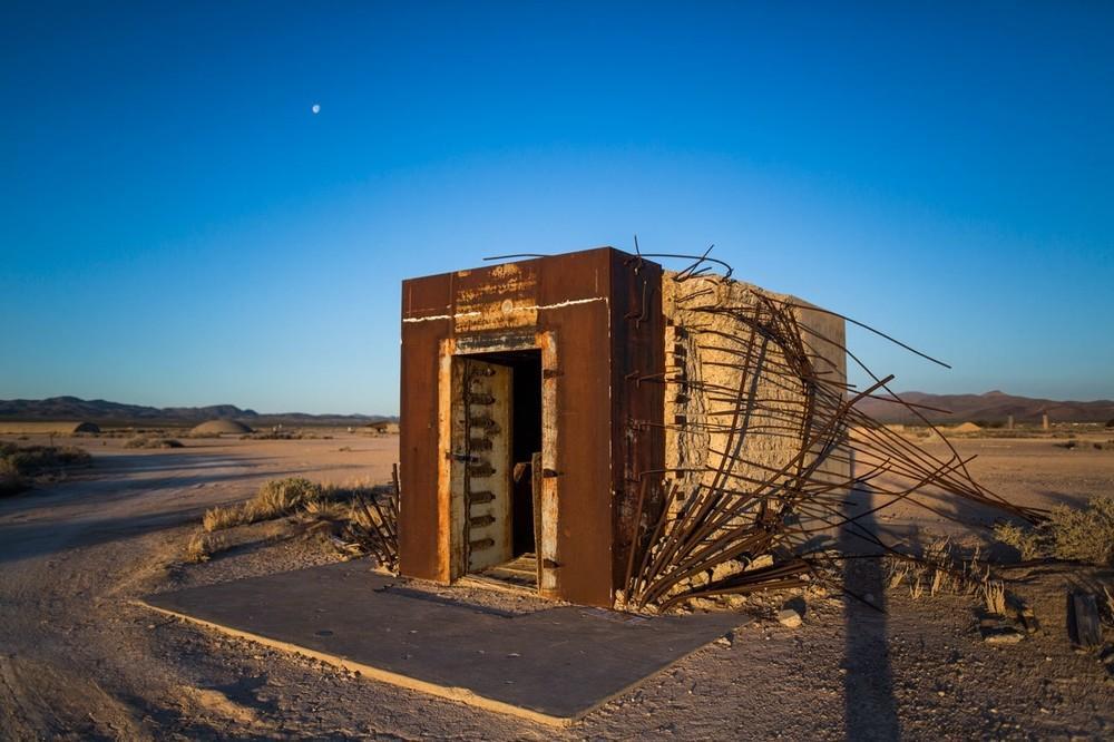 O cofre de banco Mosler, construído para determinar os efeitos de uma arma nuclear em estruturas civis, sobreviveu a uma explosão de 37 quilotons no Campo de Segurança Nacional Nevada em 1957. Depois da explosão, trabalhadores removeram a porta do cofre e descobriram que o dinheiro falso dentro dele não tinha sido danificado.