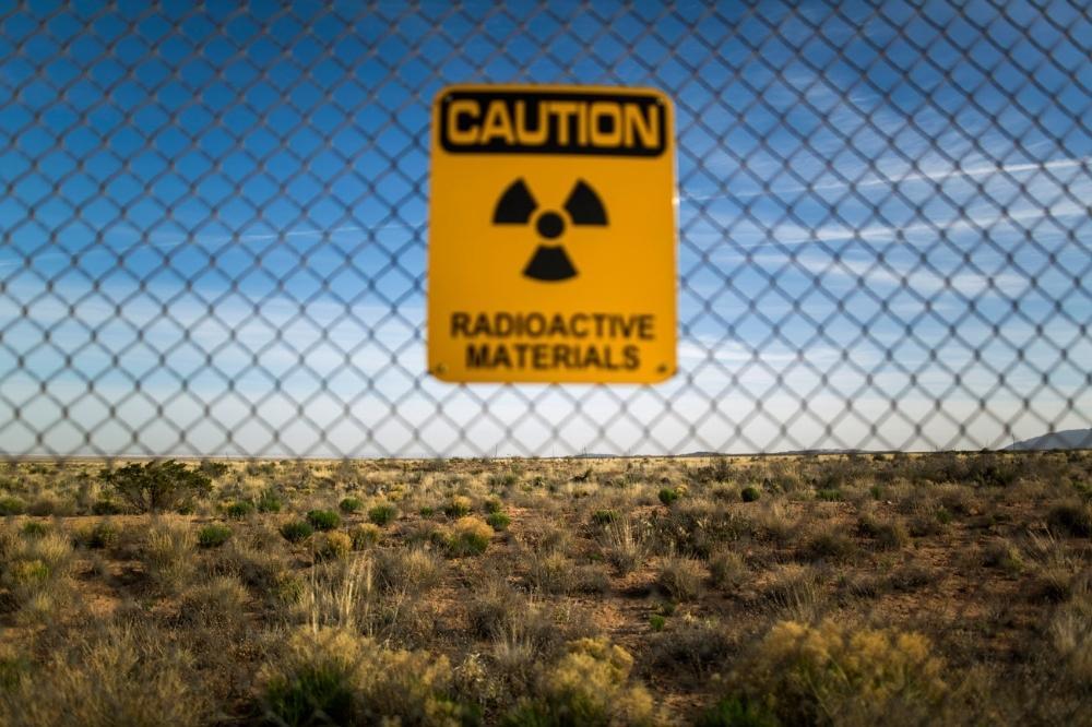 Um sinal de alerta numa cerca ao redor do campo de testes Trinity.