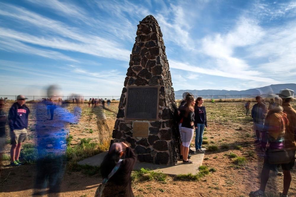 Turistas visitam o campo Trinity no Campo de Teste de Mísseis White Sands, San Antonio, Novo México. No dia 16 de julho de 1945, cientistas trabalhando no Projeto Manhattan detonaram a primeira bomba atômica do mundo aqui. O Departamento de Defesa permite visitas públicas apenas dois dias por ano.