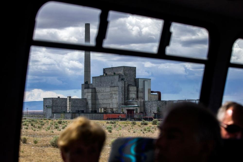 O primeiro reator em grande escala do mundo, o histórico Reator B, visto da janela do ônibus de turismo de Hanford Site. O Reator B, construído em segredo em 1943-1944, produziu o plutônio usado na bomba Fat Man, jogada em Nagasaki, Japão. O reator vai se tornar parte do Parque Nacional Histórico Projeto Manhattan.