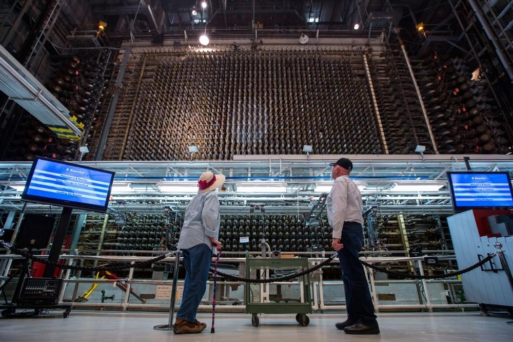 Visitantes observam o Reator B.