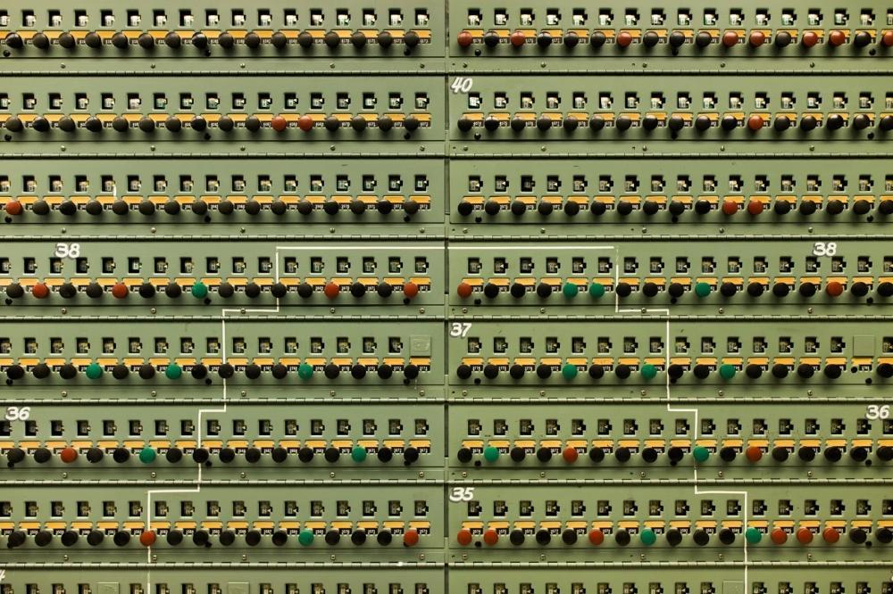 Um painel monitor de pressão da principal sala de controle do Reator B.