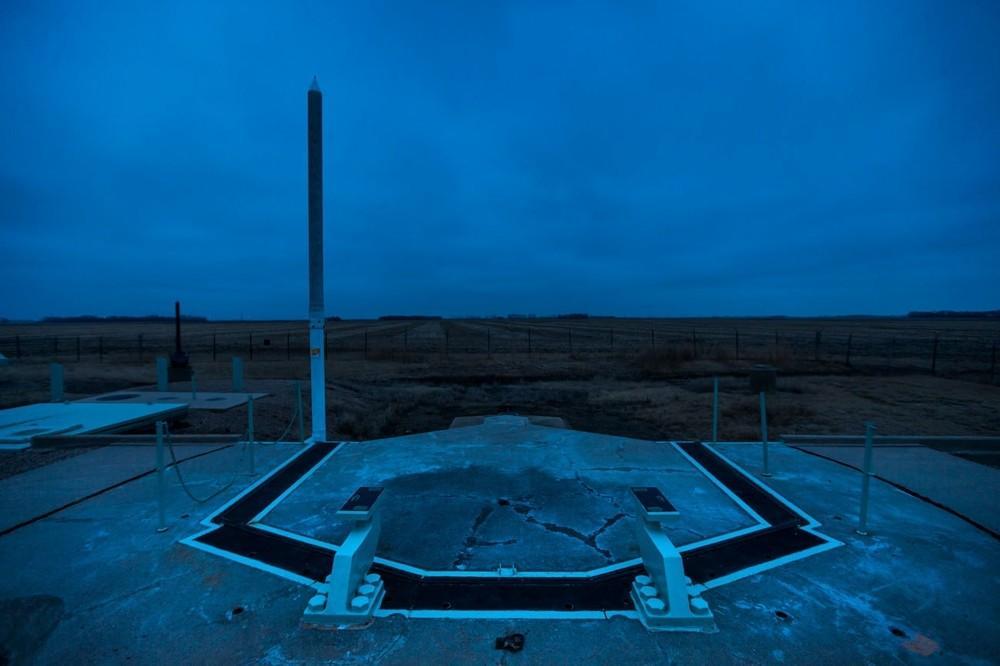 A porta antiexplosão da instalação de lançamento Novembro 33, que protegia um míssil balístico intercontinental Minuteman e agora é propriedade da Sociedade Histórica da Dakota do Norte, é vista ao entardecer em Cooperstown, Dakota do Norte. O míssil foi removido para cumprir os termos do Tratado de Redução de Armas Estratégicas.
