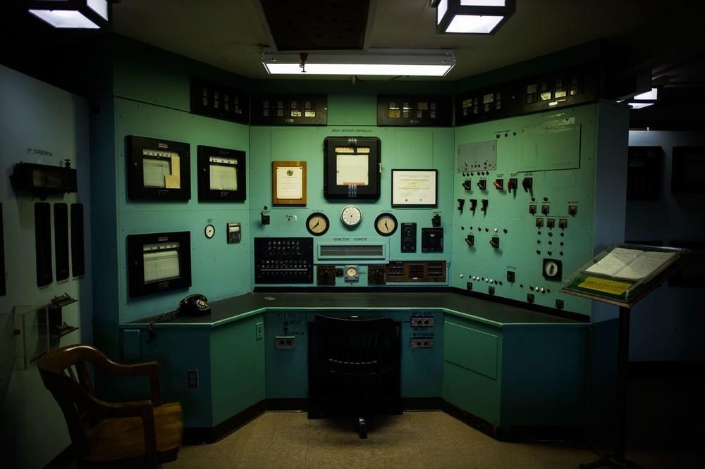 A sala de controle do reator de grafite X-10, o segundo reator do mundo depois do Chicago Pile, no Laboratório Oak Ridge, Tennessee. Construído em segredo durante o Projeto Manhattan, o reator fornecia plutônio para cientistas nucleares trabalhando em Los Alamos. O X-10 se tornará parte do Parque Nacional Histórico Projeto Manhattan.