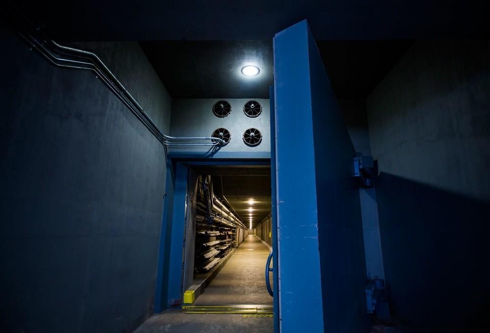 Uma porta antiexplosão de 25 toneladas no bunker secreto para os membros do Congresso abaixo de Greenbrier. O abrigo antibomba de 10.455 metros quadrados, completado durante a Guerra Fria, em 1961, incluía camas e suprimentos suficientes para acomodar todos os 535 legisladores e a equipe de cada um deles. Também há câmaras de descontaminação, uma unidade de tratamento intensivo e uma sala de conferência, tudo cercado por 1 a 1,5 metro de concreto.