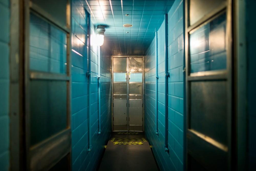 Chuveiros de descontaminação dentro de um bunker nuclear abaixo de Greenbrier.