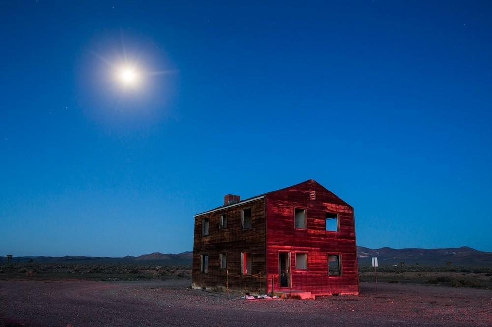 """A chamada """"Casa Apple-2"""" é uma das duas últimas casas restantes em Doomtown, uma comunidade falsa com carros, móveis e manequins localizada 160 km a noroeste de Las Vegas e destruída por um teste de bomba atômica em 1955 para determinar os efeitos civis de uma explosão nuclear. Essa casa estava a pouco mais de 1,6 km da explosão nuclear de 29 quilotons."""