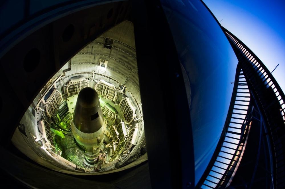 Um míssil balístico Titan II desativado num silo subterrâneo no Titan Missile Museum, em Sahuarita, Arizona. Durante a Guerra Fria, os mísseis Titan II, cada um armado com ogivas nucleares de nove megatons, foram instalados em Arizona, Arkansas e Kansas e mantidos em alerta contínuo. Esse local preserva o último Titan II e a instalação de lançamento restante.