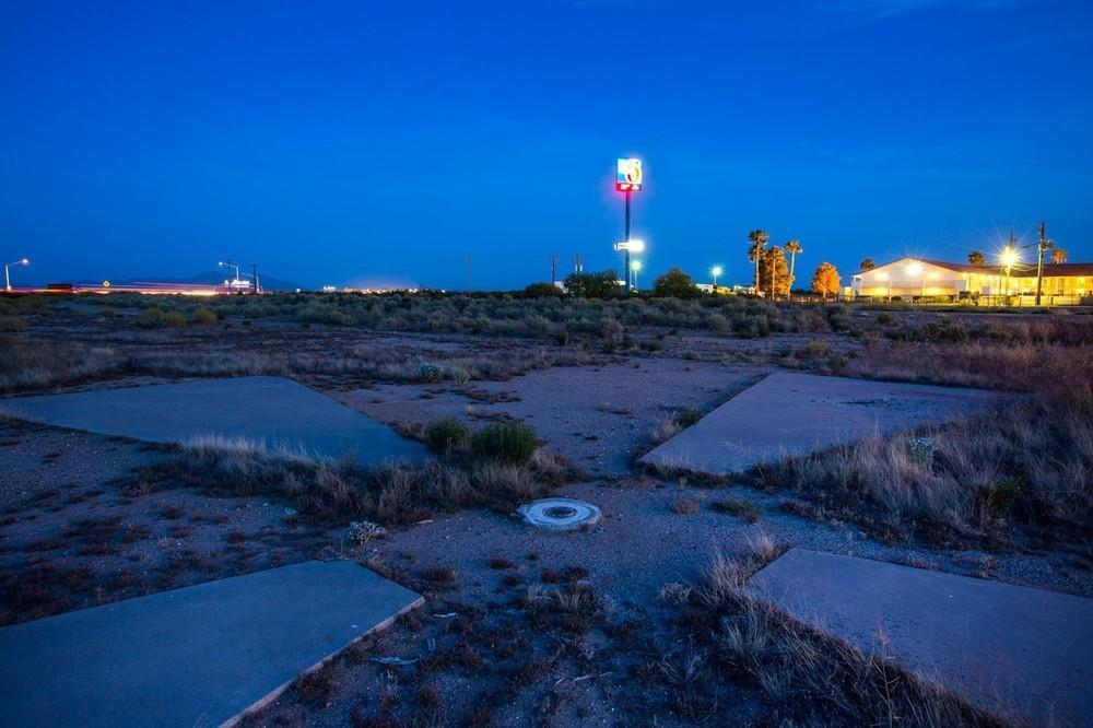 Um alvo calibrador de satélite, usado durante a Guerra Fria para ajudar os satélites Corona americanos a focarem suas lentes antes de espionar a União Soviética, no deserto de Casa Grande, Arizona. Em certo ponto, havia 272 desses alvos de 18 metros de largura espalhados pelo sul do Arizona.