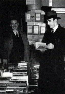 A única foto de J. Gordon Whitehead (direita) foi tirada em 1950 em Montreal Ele nunca se pronunciou sobre o acidente.