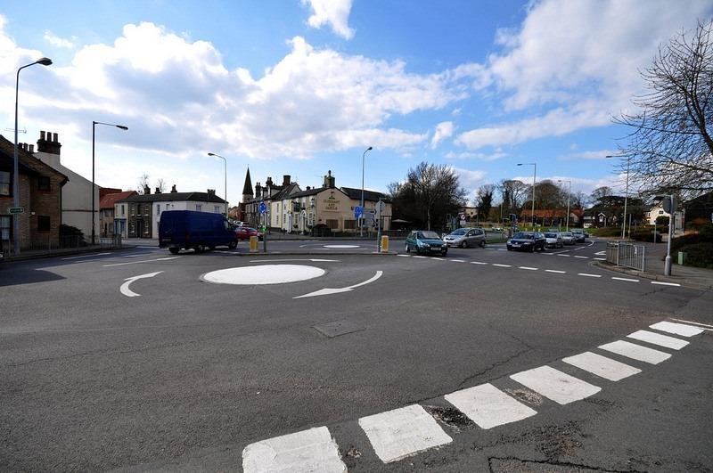 Uma mini rotatória dupla em Bury St Edmunds, Reino Unido. | Crédito da foto