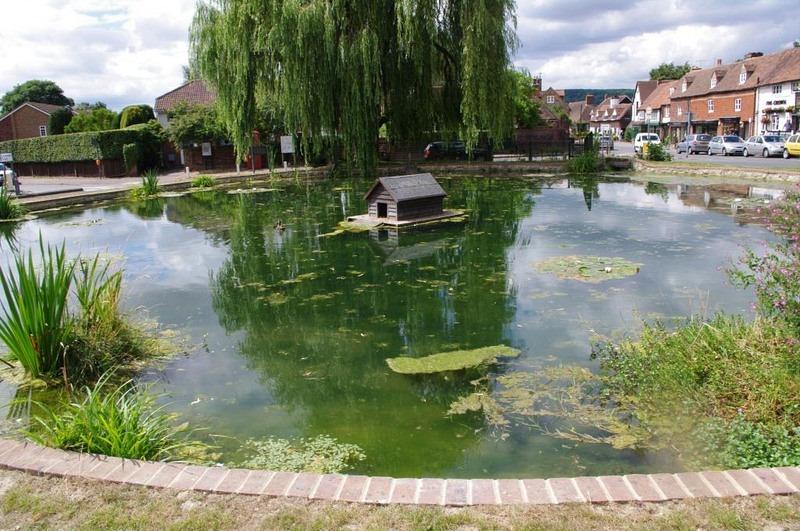 Uma rotatória com uma lagoa de patos em Otford, Kent. Foi planejada para dar ao lugar uma aparência de como a região era no passado. | Crédito da foto