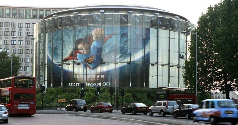 O cinema 3D IMAX BFI em Londres está localizado no centro de uma rotatória. | Crédito da foto